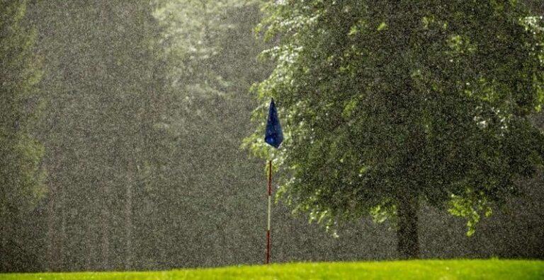 how does rain affect golf